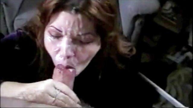 Sexy puta rubia sucia se baña en salsa de chocolate y crema batida porno en vivo latino