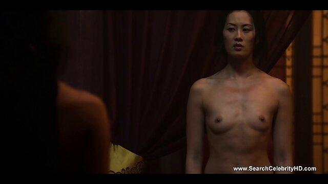 Asiática flaca sexo casual latino de pelo largo follando en lencería negra